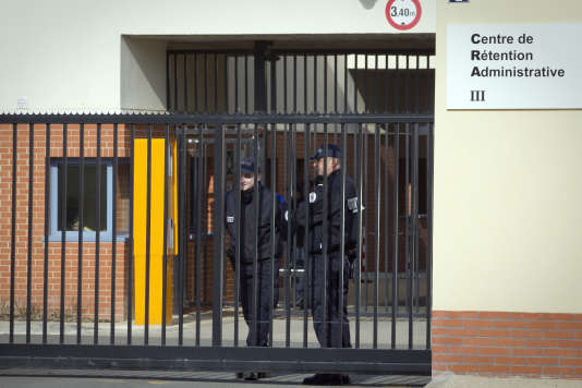 L'entrée du centre de rétention administrative du Mesnil-Amelot (Seine-et-Marne).