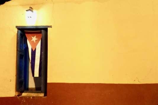 L'arrière-cuisine dela Taberna La Botija a hissé le drapeau cubain en guise de porte.