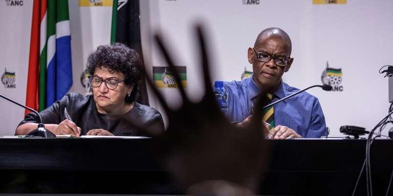Le secrétaire général de l'ANC, Ace Magashule (à droite), et la secrétaire générale adjointe, Jessie Duarte, lors d'une conférence de presse à Johannesburgn le 13février 2018.