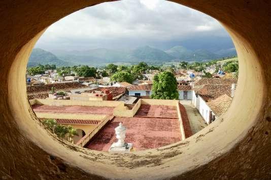 Vue sur Trinidad et les montagnes depuis le clocher du couvent San Francisco de Asís.