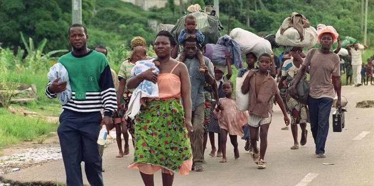 Des Libériens fuient Paynesville, en banlieue de Monrovia, le 10août 1990, lors de combats entre partisans de Samuel Doe et de Charles Taylor.