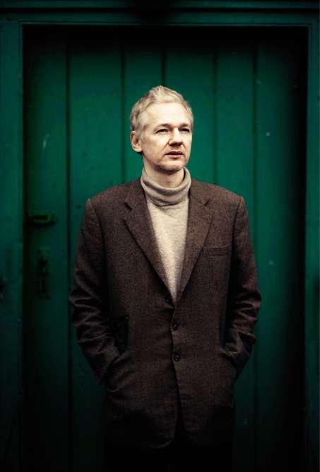 Quinze ans plus tard, Assange est encore dans le pétrin. Et pas seulement parce qu'il vient de publier, par le biais de WikiLeaks, des documents militaires et des câbles diplomatiques américains. L'Australien est ciblé par un mandat d'arrêt européen dans le cadre d'une enquête pour viol et agression sexuelle sur deux Suédoises. Le voilà même assigné à résidence dans le Suffolk, dans l'est de l'Angleterre, où son sport-coat en tweed et son pull col roulé lui permettent sans doute de se fondre dans la masse. Même si les locaux savent, eux, qu'on n'attache jamais le dernier bouton d'une veste.