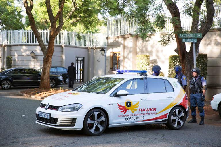 La police sud-africaine devant la résidence de la famille Gupta, le 14 février 2018.