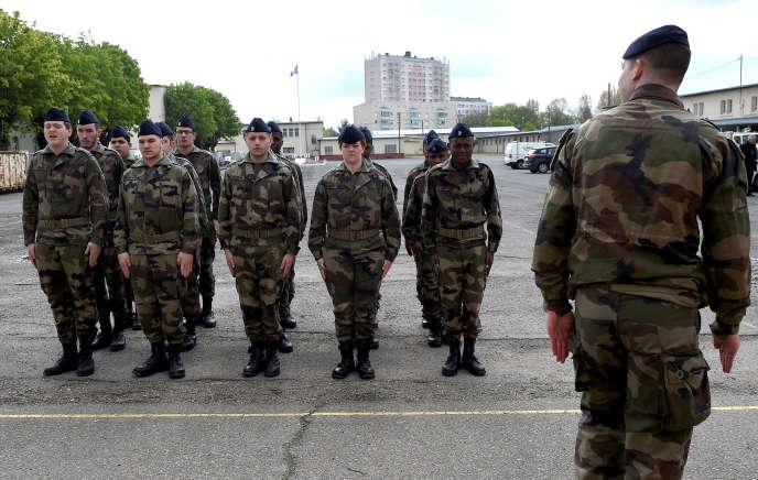 Jeunes du Service militaire volontaire à l'exercice, à Montigny-lès-Metz (Moselle), en avril 2017.