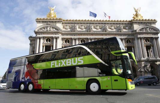 Un autocar FlixBus devant le Palais Garnier à Paris, le 19 mai 2015.