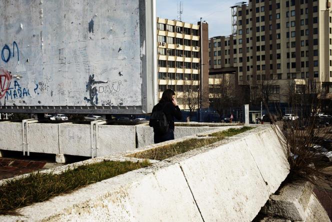 Une jeune femme au téléphone près du Palais de la jeunesse et des sports, à Pristina, au Kosovo, le 6 février.