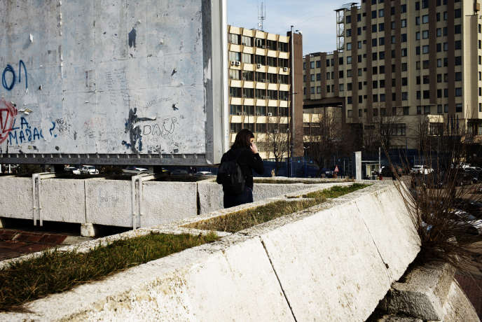 Une jeune fille à proximité du Palais de la jeunesse et des sports, à Pristina (Kosovo), le 6 février.