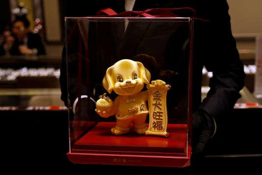 Une figurine sur le thèmede l'année du chien, chez un bijoutier à Hongkong, le 14 décembre 2017.