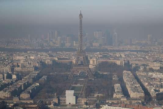 Vue de la Tour Eiffel lors d'un pic de pollution en décembre 2016.