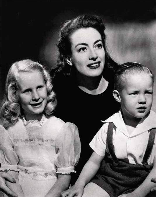 L'actrice americaine Joan Crawford avec ses deux enfants Christine et Christopher en 1946.