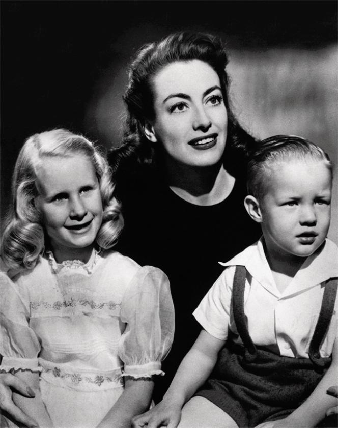 L'actrice americaine Joan Crawford avec ses deux enfants, Christine et Christopher, en 1946.