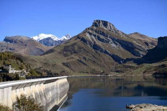 Le barrage hydroélectrique de Roselend dans le Beaufortain, en Savoie, en octobre 2017.