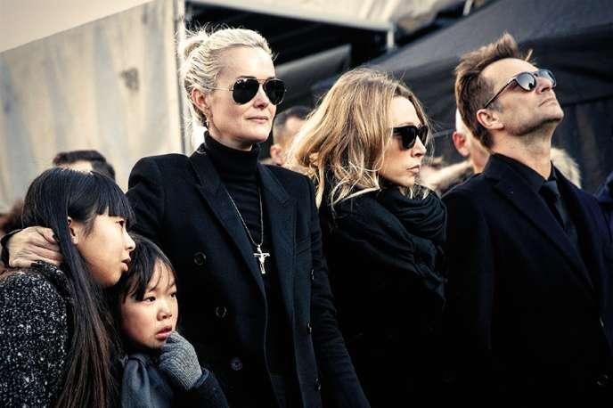 Laeticia Hallyday avec ses deux filles et les deux premiers enfants de Johnny, Laura Smet et David Hallyday lors des funérailles du chanteur, en décembre 2017 à Paris.