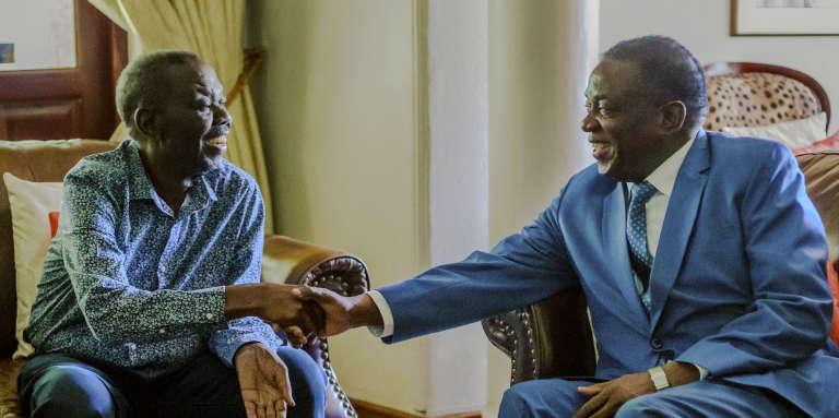 L'opposant zimbabwéen Morgan Tsvangirai (à gauche) et le président Emmerson Mnangagwa, à Harare, le 5janvier 2018.