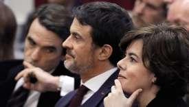Manuel Valls entre la vice-présidente du gouvernement espagnol, Soraya Sáenz de Santamaria, et de l'ancien premier ministre José María Aznar, le 3 février à Saint-Sébastien.