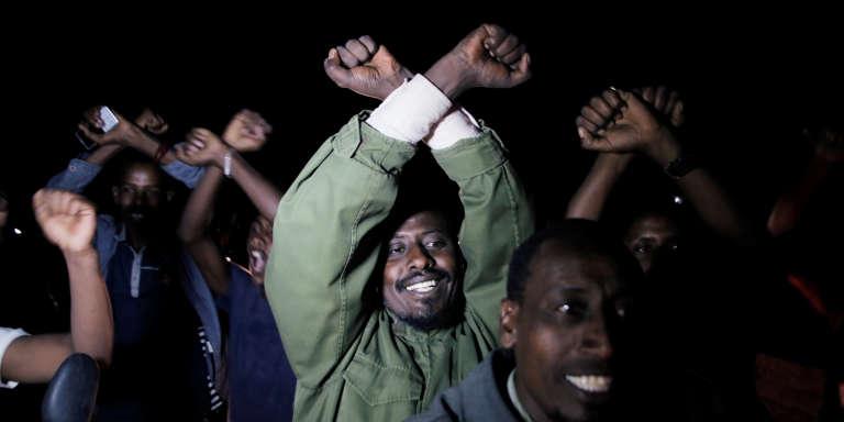 Des partisans de Bekele Gerba célèbrent la libération du secrétaire général du Congrès fédéraliste oromo (opposition), à Adama, en Ethiopie, le 13février 2018.