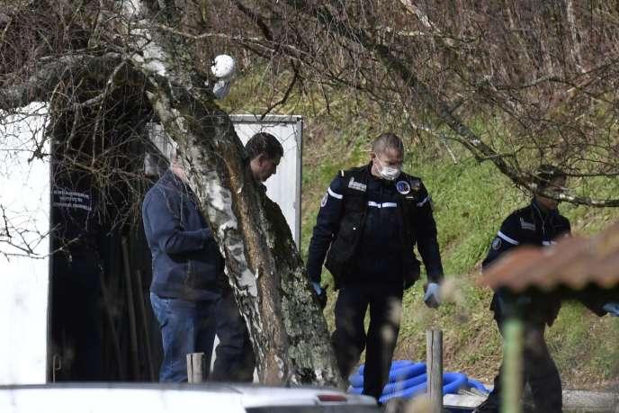 Lestechniciens en identification criminelle de la Gendarmerie à Domessin (Savoie) durant l'enquête sur la disparition de Maëlys, le 14 février.