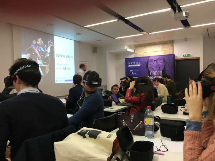 Un cours de marketing en réalité virtuelle immersive sur le campus parisien de Neoma Business School, le 9 février.