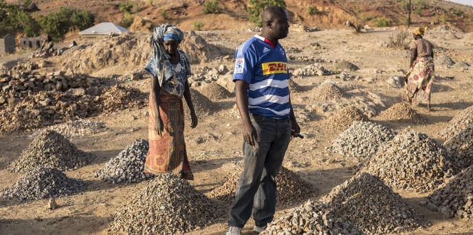 A l'entrée de Maroua, au Cameroun, les casseuses de pierres travaillent sur le bord de la route.
