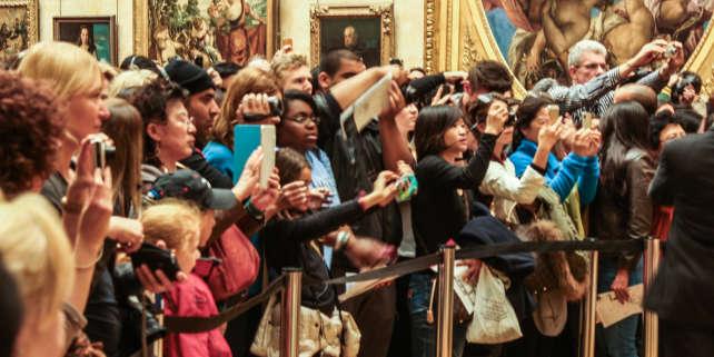 Des visiteurs devant «La Joconde», au Musée du Louvre.