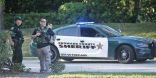 Des policiers floridiens à proximité du lycée deMarjory Stoneman Douglas, à Parkland, le 14 février.