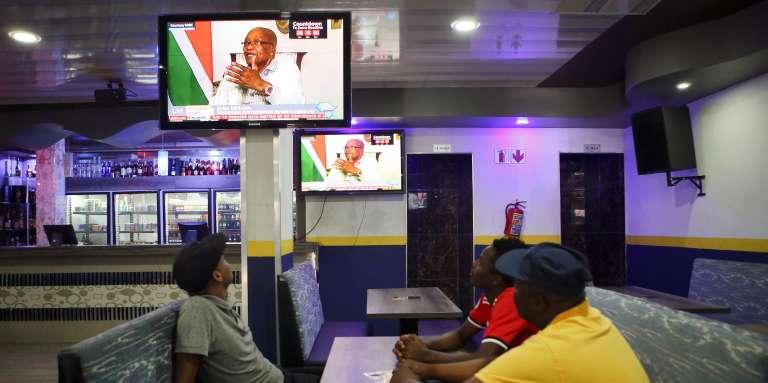 Des clients d'un bar regardant le président sud-africain, Jacob Zuma, s'exprimer à la télévision publique, le 14 février 2018, à Pretoria.