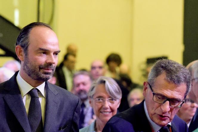 Jean-Cyril Spinetta (à droite), avec le premier ministre Edouard Philippe et la ministre des transports, Elisabeth Borne, aux Assises nationales de la mobilité, à Paris, en septembre 2017.