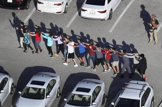 Evacuation des élèves après la fusillade au lycée Marjory Stoneman Douglas de Parkland (Floride), le 14 février.