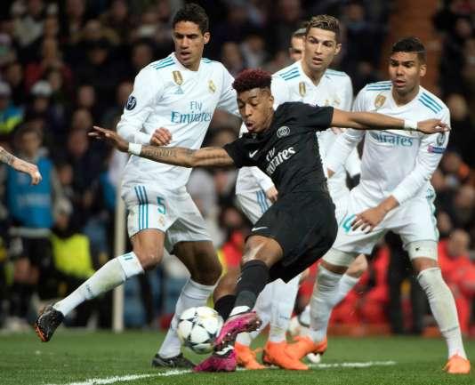 Dégagement par le défenseur parisien Presnel Kimpembé sous les yeux des Madrilènes Raphaël Varane, Cristiano Ronaldo et Casemiro, à Santiago-Bernabeu, le 14 février.