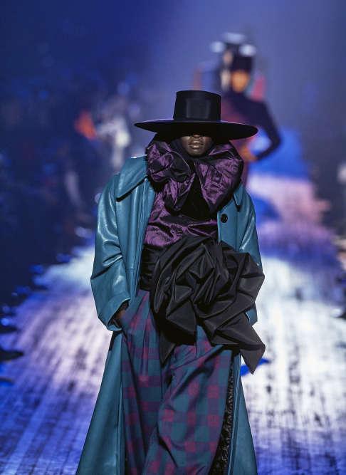 Malgré l'incertitude sur l'avenir de samaison, le créateur américain Marc Jacobs signe un défilé bluffant à l'esprit très couture.