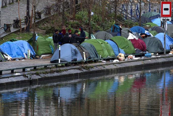 Des migrants le long du canal Saint-Martin, le 15 février 2018.