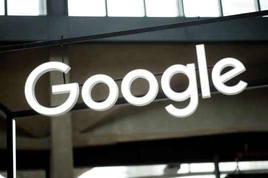 Enseigne Google à l'incubateur de start-up Station F, à Paris le 15 février.