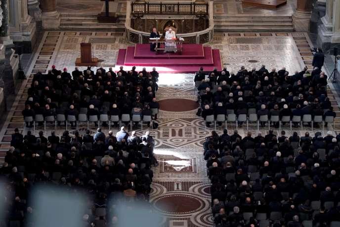 La pape François face à la curie romaine, le 15 février au Vatican.