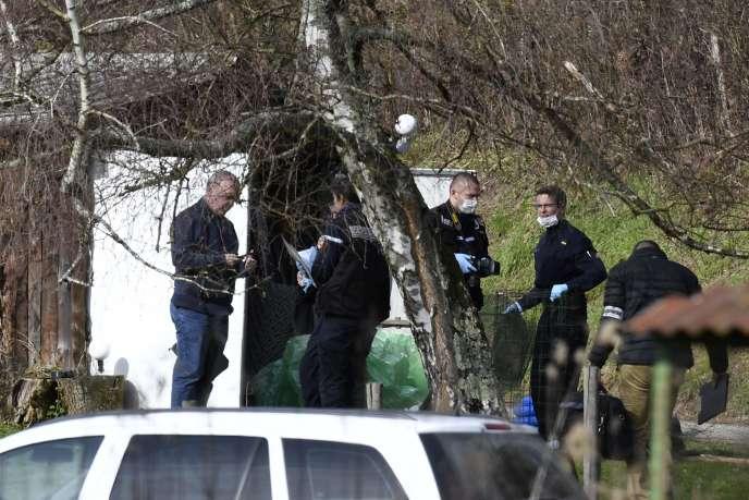 Des gendarmes fouillent une cabane dans le cadre de l'enquête sur la disparition deMaëlys de Araujo, à Domessin (Savoie), le 14février 2018.