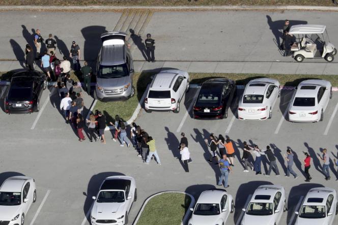 Evacuation des élèves du lycée de Parkland, mercredi.