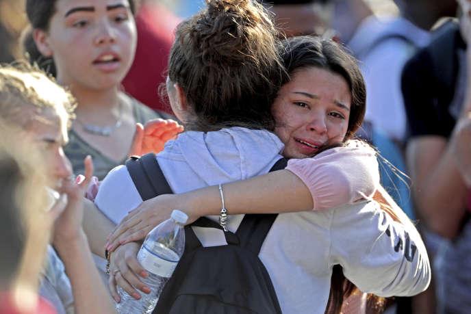 Deux élèves choquées par la fusillade à Parkland (Floride), le 14 février.