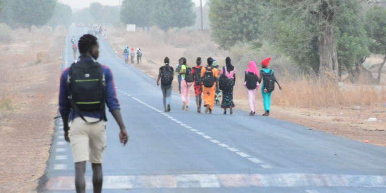 Sur la route de Ndiosmone, dans la région de Fatick, au Sénégal, les enfants marchent entre4 et 7 km pour rallier leur école.