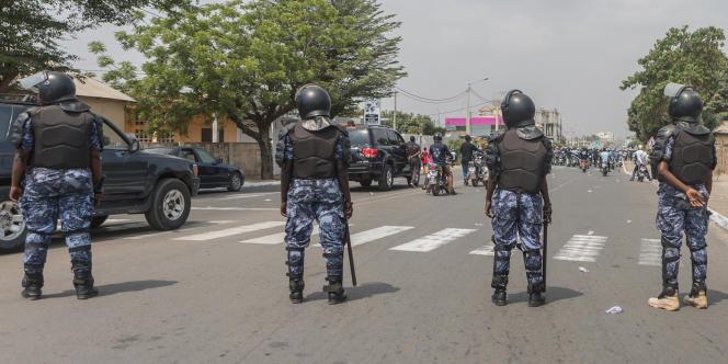 Des policiers togolais lors d'une marche de femmes contre le président Faure Gnassingbé, à Lomé, le 20juillet 2018.