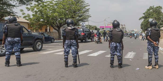 Des policiers togolais face à une marche des femmes, le 20 janvier, à Lomé.