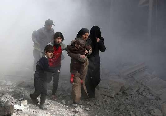 Des habitants de la Ghouta orientale fuient des bombardements, le 8 février.