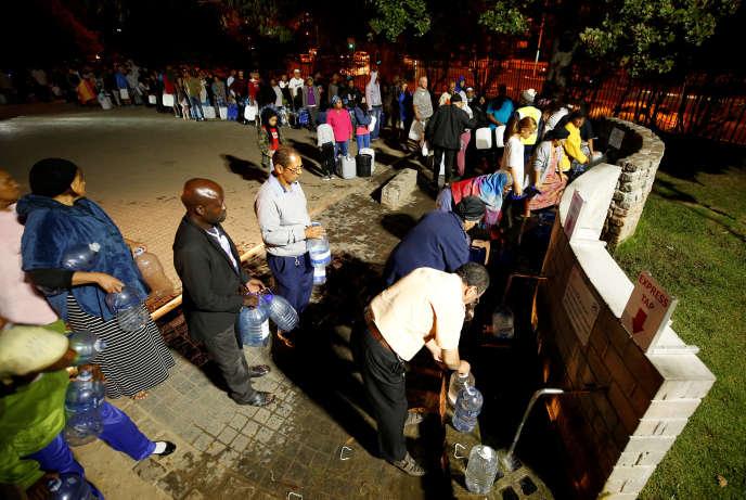Au Cap, en Afrique du Sud, les habitants viennent se ravitailler en eau, le 25 janvier 2018.