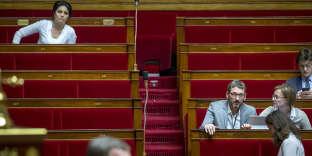 Sonia Krimi, Matthieu Orphelin, Stella Dupont et Sacha Houlié participent à la discussion sur le régime d'asile européen à l'Assemblée nationale à Paris, le 15 février.