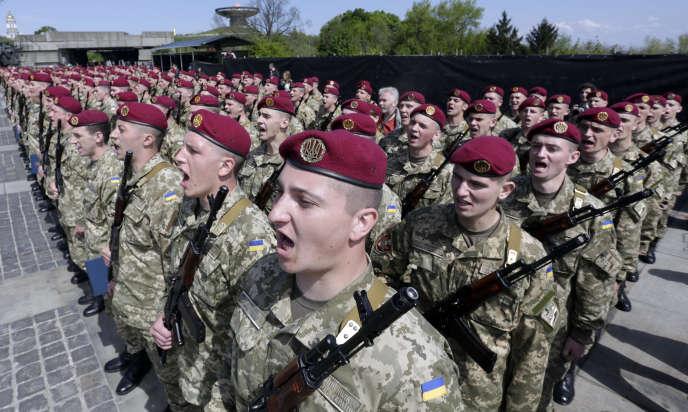 Des soldats ukrainiens lors d'une cérémonie de commémoration de la fin de la seconde guerre mondiale, à Kiev, en 2015.