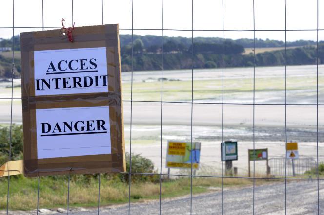 La plage de Morieux , près de Saint Brieuc (Côtes-d'Armor), interdite au public en raison de la présence d'algues vertes, le 24 juillet 2011.