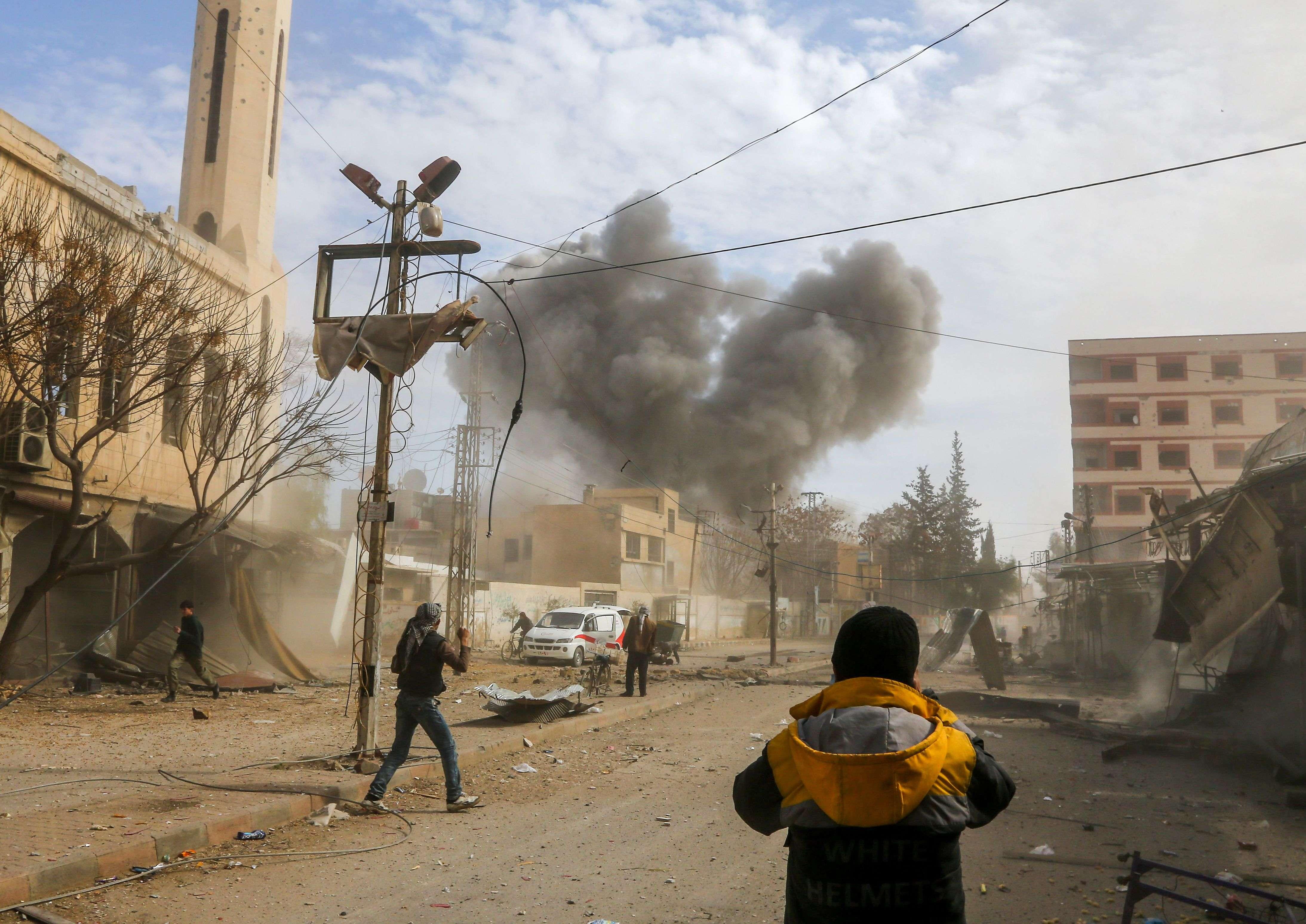 Une frappe aérienne à Jisrine, le 8 février.«Les gens restent assis au rez-de-chaussée dans les maisons ou dans les sous-sols des écoles. Il n'y a pas de caves ici. Certains ont creusé des abris souterrains. Mais les bombardements sont si intenses que même là on est blessé ou tué, rapporte le photographe. La vie est devenue si effrayante, si pleine de sang. Nous avons tous peur que la situation ne se termine comme dans le siège d'Alep.»