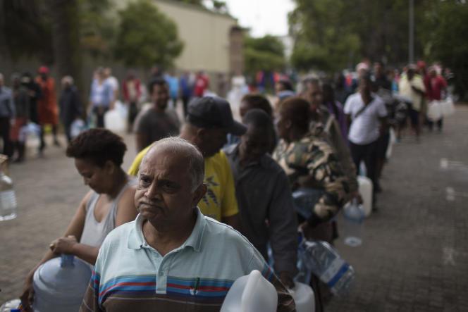 Au Cap, en Afrique du Sud, les habitants viennent se ravitailler en eau, le 2 février.