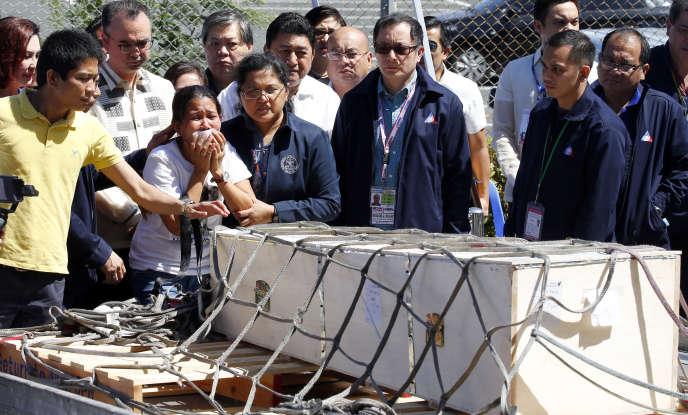 La famille de Joanna Demefalis, à l'arrivée de son cercueil, à l'aéroport de Ninoy Aquino (Philippines), le 16 février.