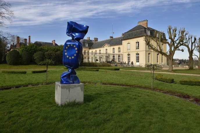 Un bonbon géant de Laurence Jenkell, dans le parc du château de La Celle Saint-Cloud (Yvelines), propriété du ministère des affaires étrangères, le 5 avril 2016.
