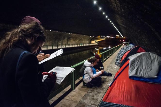 Une équipe de bénévoles en maraude recense les sans-abri le long des quais dans le 19e arrondissement de Paris à l'occasion de la première