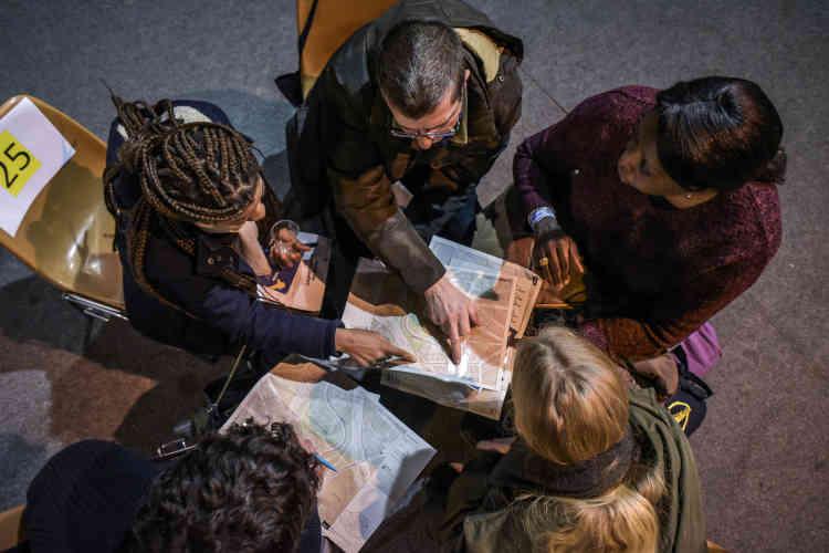 De 22heures à 1heure du matin, les équipes composées de fonctionnaires de la Ville de Paris, de personnels associatifs et de volontaires s'apprêtent àarpenter les rues à la rencontre des personnes à la rue.